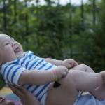 Bébé s'éclate sur tonton