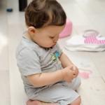 Bébé Aiden concentré sur un truc