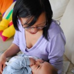 Chenti parle à maman avec la main dans la bouche.