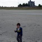 Chenti découvre un sable plein de coquillage