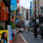 Retour dans la rue marchande près de la gare de Mitaka.