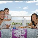 Déjeuner sur la terrasse en famille