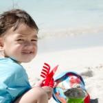 Chenti trop content de jouer dans le sable.