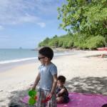 Premier contact sur la plage pour les enfants