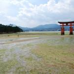 A marée basse, il est possible d'aller jusqu'au torii