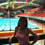 Bridget devant la piscine olympique