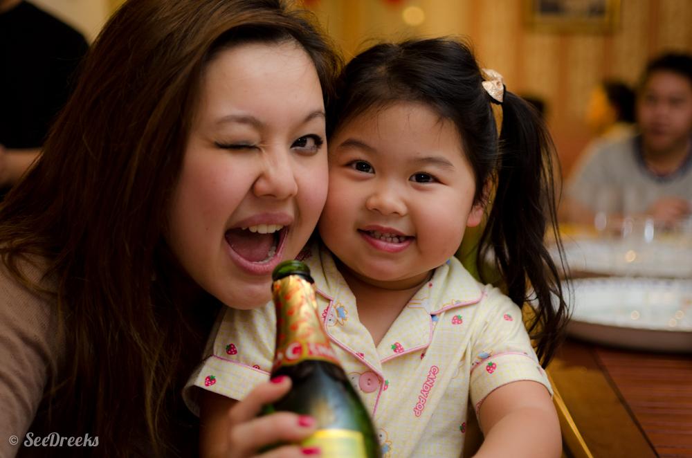 Lucie qui veux faire boire sa nièce ^__^